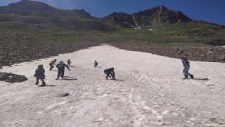 Iğdırlı miniklerin Haziran ayında kartopu ve kayak keyfi