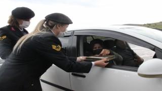 Jandarma ekipleri sürücülere çikolata ikram edip karanfil verdi
