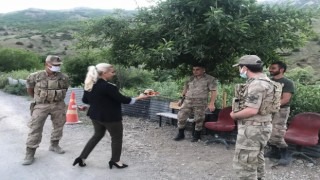 Jandarmaya topladıkları organik meyveleri ikram ettiler