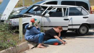 Kaza yaptığı aracın başında yığılıp kaldı