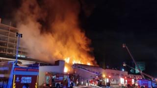 Küçükçekmecedeki kağıt fabrikasında çıkan yangın devam ediyor
