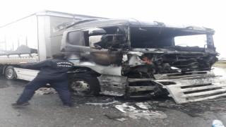 Laminat parke yüklü tır alev alev yandı