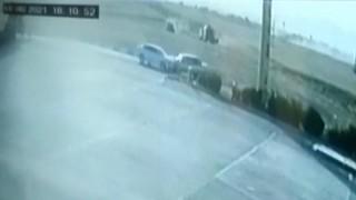 Mardinde otomobillerin kafa kafaya çarpışma anı güvenlik kamerasında
