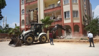 Mezitlide binalardaki kaçak bölümler belediye ekiplerince yıkıldı