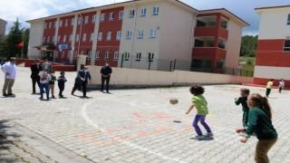Müdür Başyiğit, okul bahçesinde öğrencilerle oyun oynadı