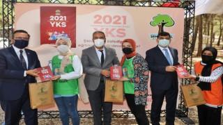 Rıdvan Fadıloğlu, öğrencilere YKS kitapçığı dağıttı