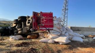 Saman yüklü kamyon devrildi