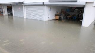 Şiddetli yağmur garaj ve depoları göle çevirdi