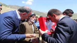 Siirt Valisi Hacıbektaşoğlu, şehit güvenlik korucusu Mehmet Babatın ailesine taziye ziyaretinde bulundu