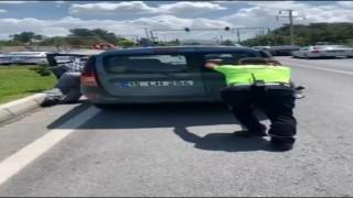 Trafik polisi, yolda kalan aracı iterek sürücüye yardım etti