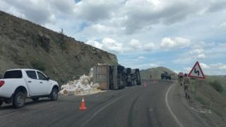 Tuncelide saman yüklü kamyon devrildi: 2 yaralı