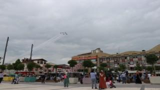Türk Yıldızlarının Sakarya semalarındaki gösterisi nefes kesti