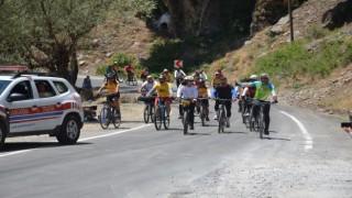 Türkiyenin dört bir tarafından Şırnaka gelen sporcular, huzurun sağlandığı dağlarda bisiklet sürdü