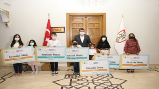 Vali Ayhan, dereceye giren öğrencileri ödüllendirdi