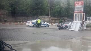 Yağmur altında bekleyen yaşlı adamın yardımına polisler koştu