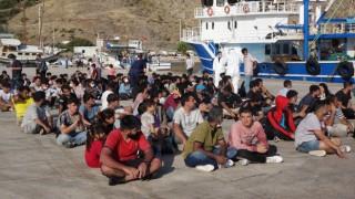 Çanakkalede balıkçı teknesine operasyon: 231 düzensiz göçmen yakalandı