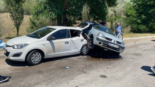 Dinlenme alanında park halindeki otomobile arkadan çarptı