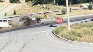 Ispartada otomobille çarpışan minibüs ikiye bölündü: 3 yaralı
