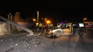 Karamanda hafif ticari araç beton elektrik direğini yıktı: 2 yaralı