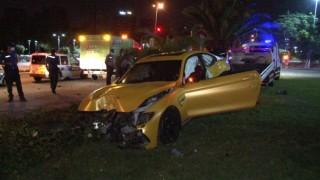 Kontrolden çıkan lüks otomobil aydınlatma direğine çarptı, sürücü olay yerinden kaçtı
