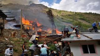 Artvinin Yusufeli ilçesi Yüncüler köyünde yangın