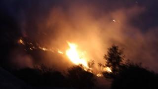 Denizlide yerleşim yerine yaklaşan yangın devam ediyor