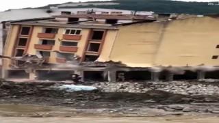 Afet bölgesinde yıkılan binanın altında kalmaktan son arda kurtuldular