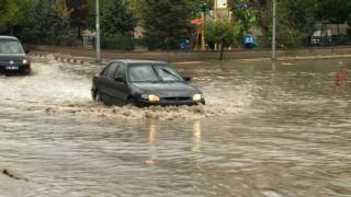 Altyapı sağanak yağışa yetersiz kaldı: Caddeler göle döndü, ev ve iş yerlerini su bastı