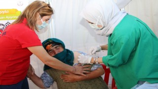 Aşı olmaktan korkan Güllü ninenin hemşire ile diyaloğu güldürdü