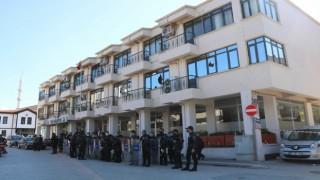Belediyeyi taşlayan vatandaşlar 6,5 saatlik gergin bekleyişin ardından dağıldı
