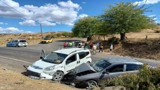 Bingölde iki araç kafa kafaya çarpıştı: 2 yaralı