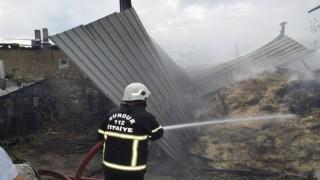 Çendik köyünde yangın: Bir ev, ahır ve 700 saman balyası kül oldu