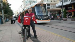 Çocukluğundan beri bisikletini Türk bayraklarıyla süslüyor