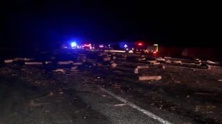 Devrilen tırın dorsesindeki odunlar ikinci bir kazaya neden oldu: 4 yaralı