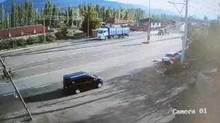 Direksiyon başında uyuyan sürücünün aracı yol kenarındaki otomobile böyle çarptı
