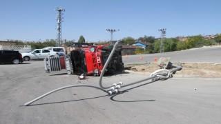 Elazığda direğe çarpan kamyon yan yattı: 1 yaralı