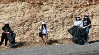 Ellerine poşet alıp yerden çöp topladılar