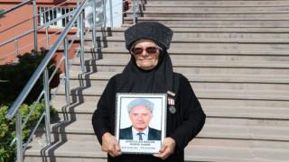 Gazi eşi, vefat eden eşinin kıyafetleriyle törende