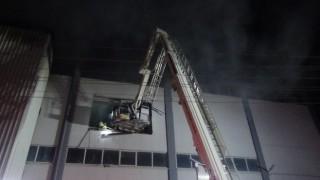 İzmirde orman ürünleri depo ve atölyesinde çıkan yangın söndürüldü