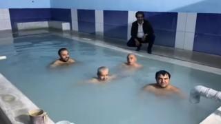 Kaymakam, havuza girip vatandaşları kaplıcalara davet etti