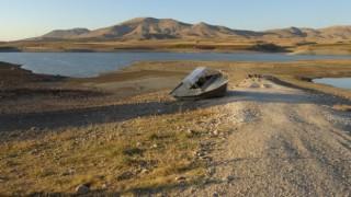 Kırkat Göletinde su seviyesi azaldı, suyun ortasında bulunan tekne karaya oturdu