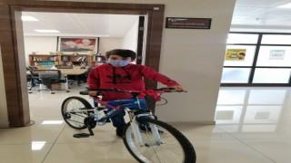 Kitap okuyan çocuklar bisikletle ödüllendirildi