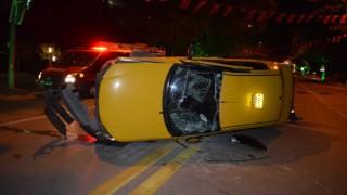 Malatyada ticari araç yan yattı, sürücü araçta sıkıştı