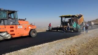 Muşta 2 bin 850 rakımdaki köy yolları sıcak asfaltla kaplandı