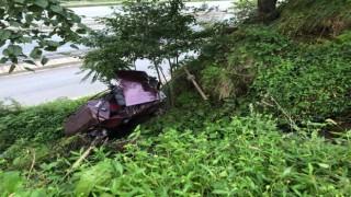 Rizede araç şarampole yuvarlandı: 2 yaralı
