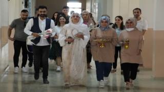 Şırnaka atanan öğretmenler yöresel kıyafet ve çiçekle karşılandı