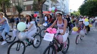 Süslü Kadınlar Bisiklet Turunda renkli görüntüler