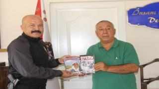 """Ünsal, """"Soykırım"""" ve """"Yüreğim Erivanda kaldı"""" romanını emniyet müdürüne hediye etti"""