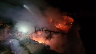 Uşakta 3 ev ve 1 iş yeri yanarak kül oldu