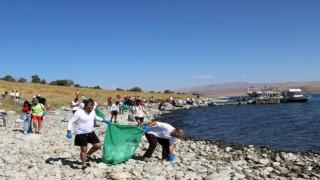 """Van Büyükşehirin destekleriyle """"1. Adır Adası Yüzme Festivali"""" kapsamında sahil temizliği yapıldı"""